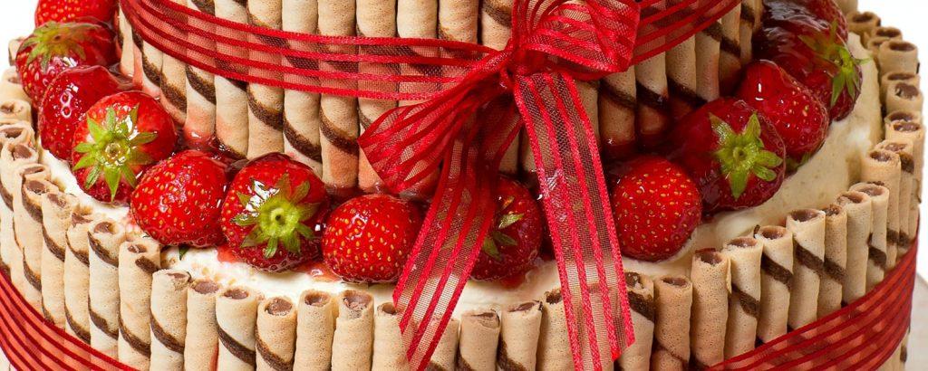 Τούρτα διώροφη με φράουλες