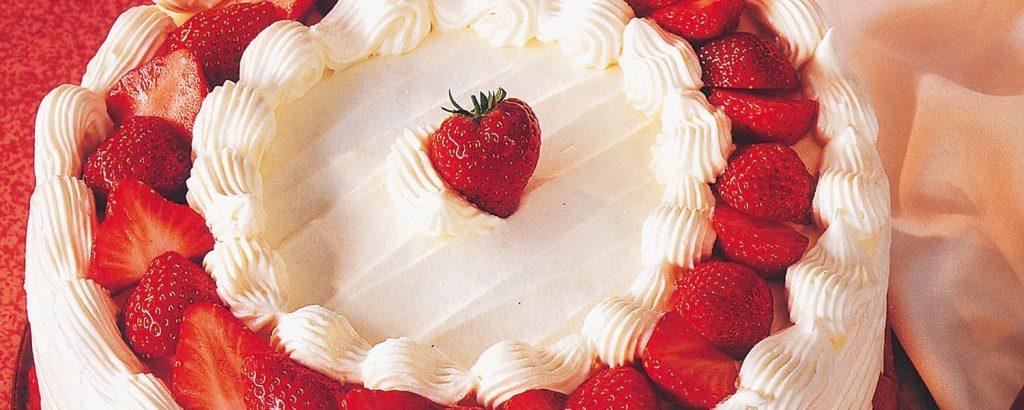 Τούρτα φράουλας με μους λευκής σοκολάτας