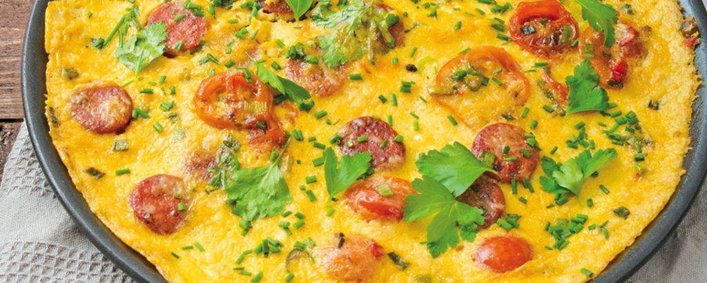 Ομελέτα με λουκάνικο και ντομάτα