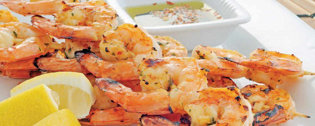 Γαρίδες μαρινάτες σουβλάκι και πικάντικο ελαιόλαδο