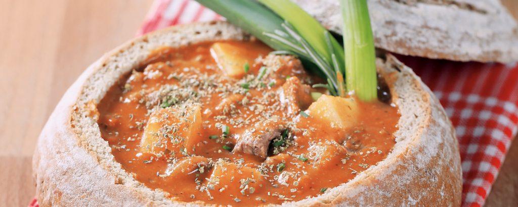 Ουγγαρέζικο γκούλας σε ψωμί