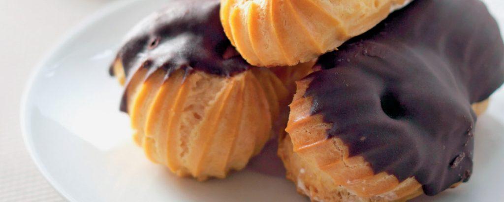Εκλέρ με σαντιγί και γλάσο σοκολάτας
