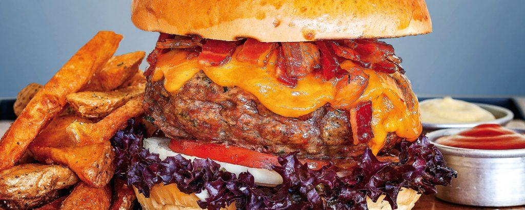 Burger βοδινό με καραμελωμένο μπέικον και τυρί τσένταρ
