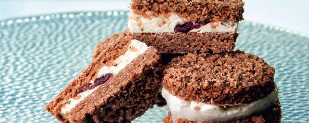 Σάντουιτς από μπισκότο καρύδας και παγωτό