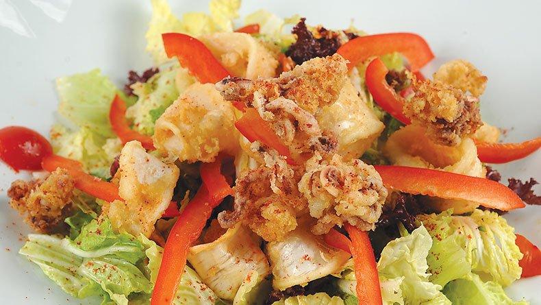 Σαλάτα με καλαμαράκια τηγανητά