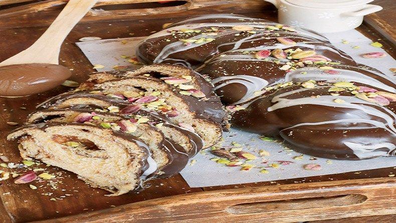 Τσουρέκι με σοκολάτα πραλίνα και φιστίκια