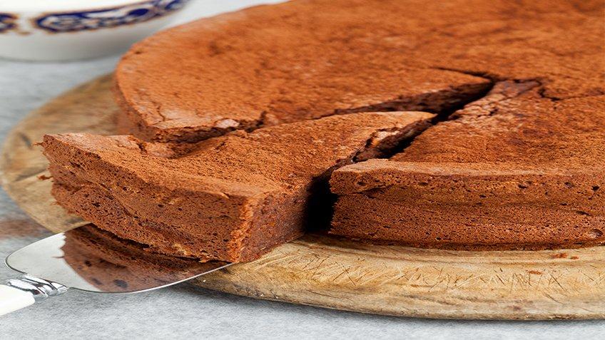 Ανάλαφρο κέικ πορτοκάλι-σοκολάτα με αμύγδαλα