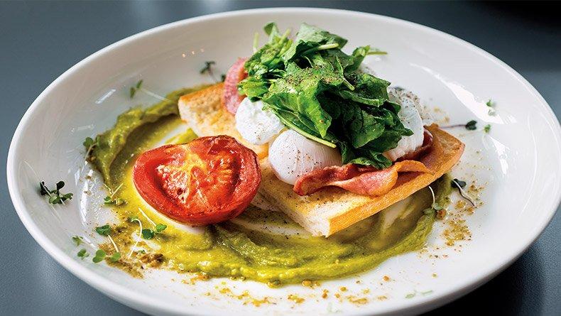 Αβγά ποσέ πάνω σε ψωμί με μπέικον και σπανάκι