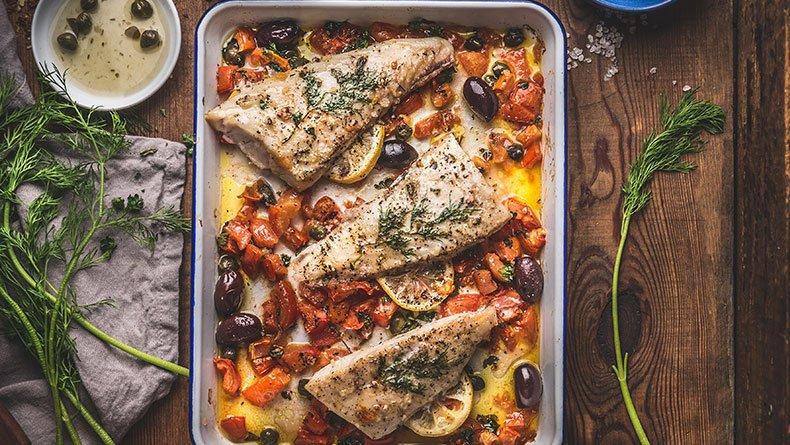 Μπακαλιάρος στο φούρνο με πιπεριές και ελιές