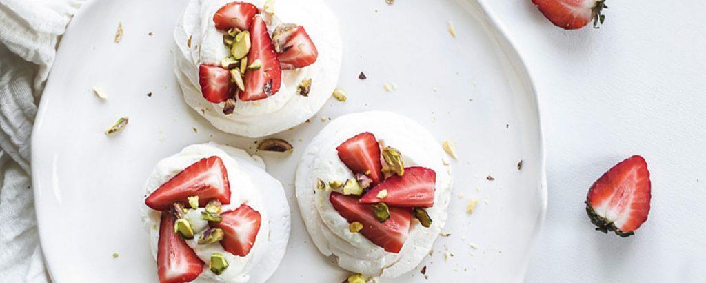 Μαρέγκες με κρέμα  και φράουλες
