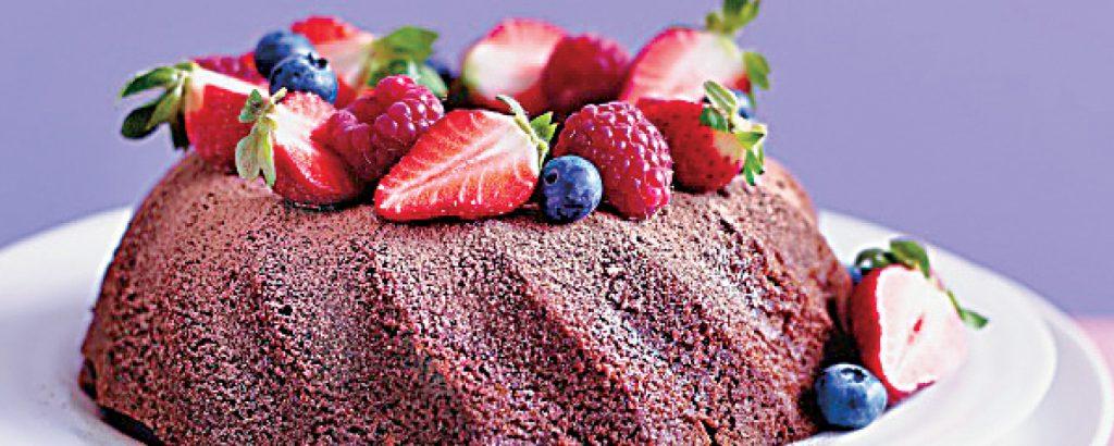 Ελαφρύ κέικ σοκολάτας με κόκκινα φρούτα