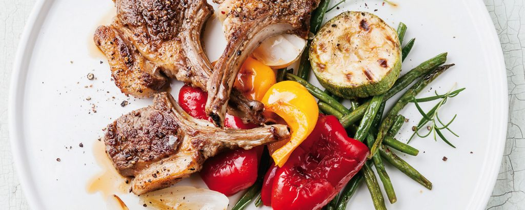 Αρνίσια παϊδάκια στο τηγάνι και ψητά λαχανικά