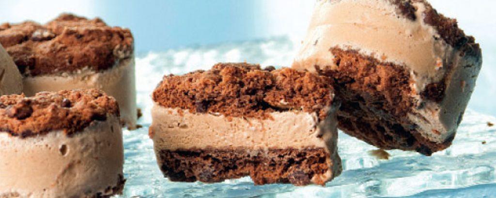 Σάντουιτς από κούκις σοκολάτας με παρφέ καφέ
