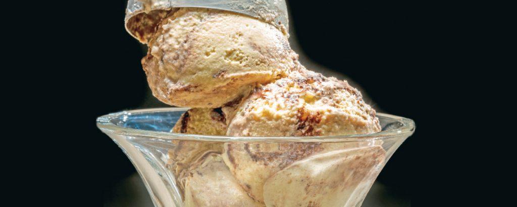 Παγωτό μόκα με σιρόπι σοκολάτας
