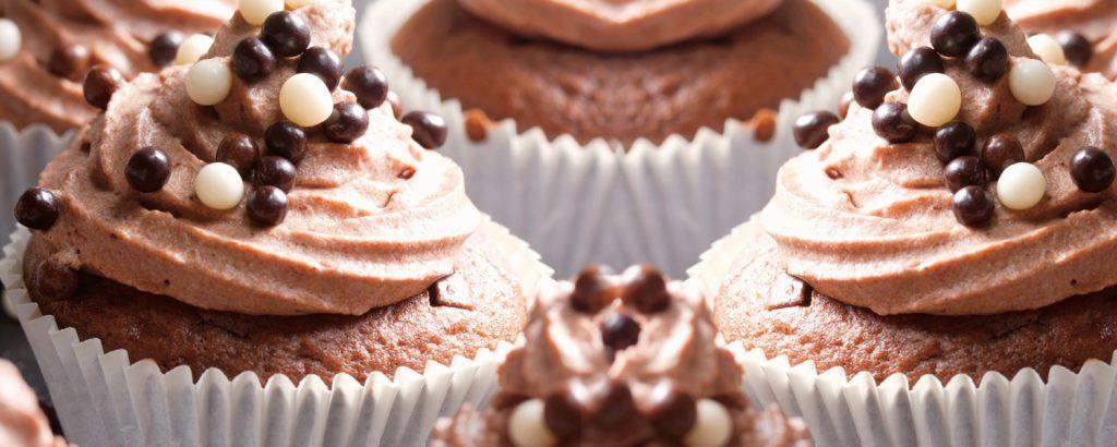Cupcakes με frosting κακάο και πέρλες σοκολάτας