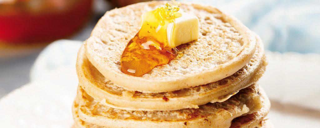 Σπιτικά pancakes σερβιρισμένα με βούτυρο και μέλι