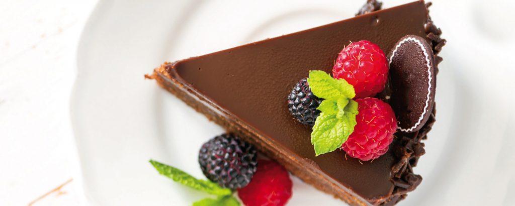 Σοκολατένιο cheesecake με φρέσκα βατόμουρα