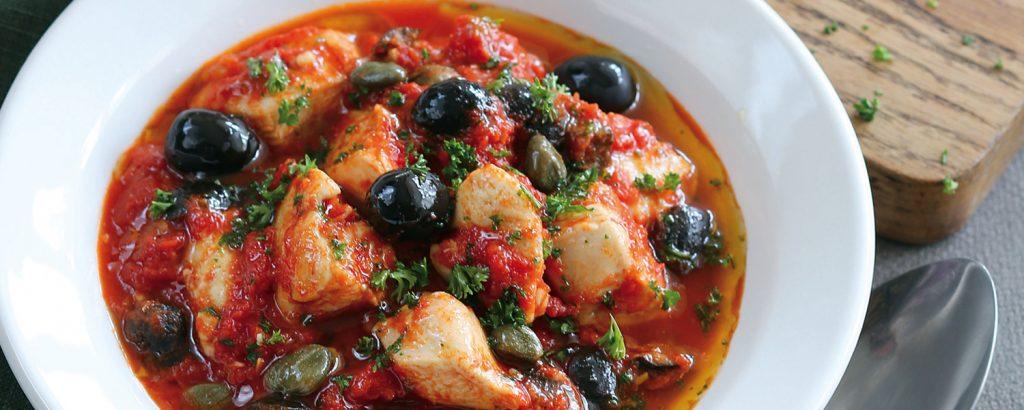 Κοτόπουλο κοκκινιστό με ελιές και λιαστές ντομάτες