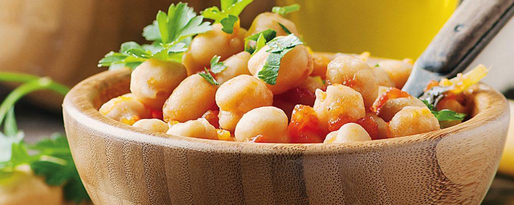 Ζεστή σαλάτα ρεβιθιών με ντομάτα και λούντζα