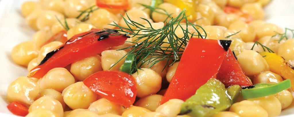 Ρεβίθια σαλάτα µε πιπεριές και πικάντικο ντρέσινγκ