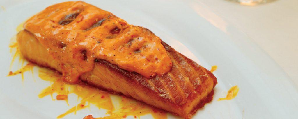 Σολομός σχάρας  με σάλτσα κρόκου (σαφράν)