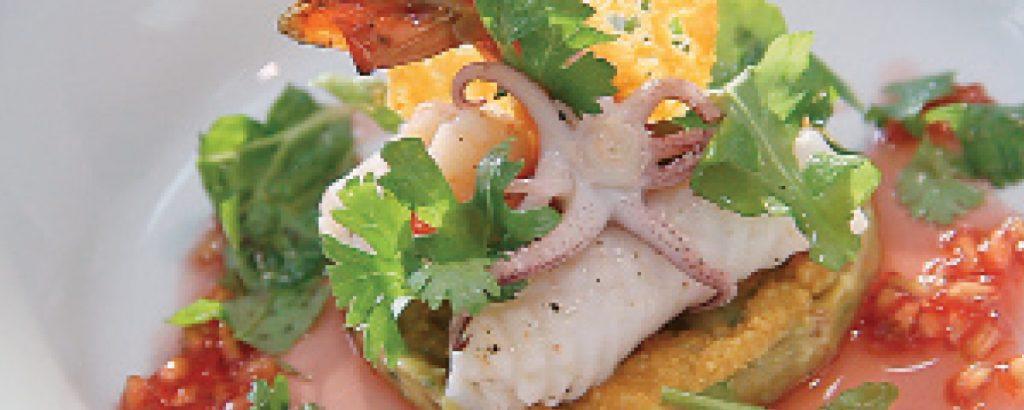 Μαριναρισμένο καλαμαράκι και γαρίδα σε ψιλοκομμένο αβοκάντο με ντομάτα και σάλτσα ροδιού