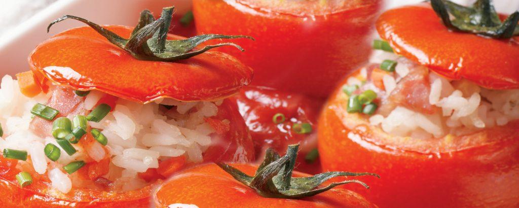 Ντομάτες γεμιστές με ρύζι και κύμινο
