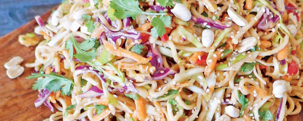 Κρύα νουντλ με λαχανικά και σος από φιστικοβούτυρο