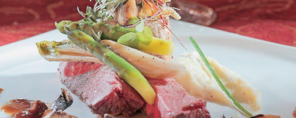 Φιλέτο από ελάφι και μοσχαράκι γάλακτος με σάλτσα από μανιτάρια Πόρτο Μπέλλο