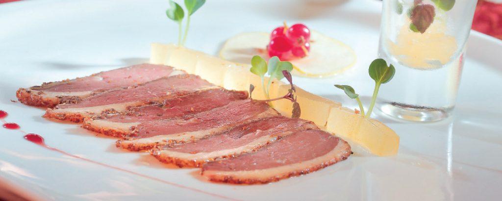 Στήθος πάπιας παστράμι με foie gras και ζελέ από πράσινα μήλα