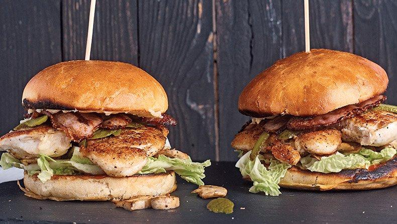 Μπέργκερ με φιλέτο κοτόπουλο και σπιτική μπάρμπεκιου σος