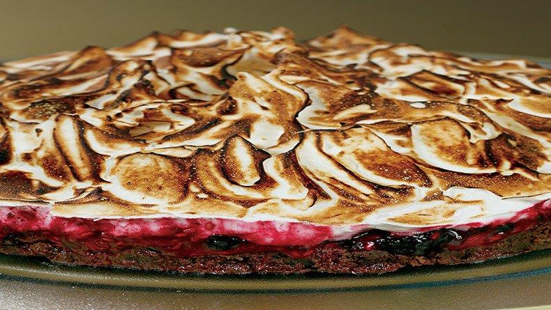 Κέικ µαρέγκα µε κόκκινα φρούτα