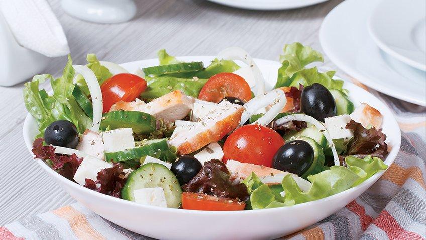 Ελληνική σαλάτα με κοτόπουλο