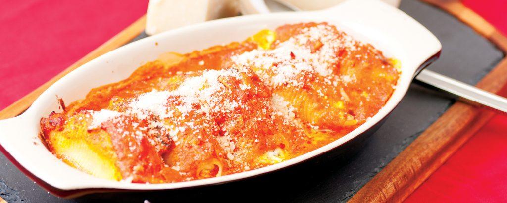 Κογχύλια στο φούρνο με σάλτσα μανιταριών Vs Πικάντικη σαλάτα ζυμαρικών και χοιρινό