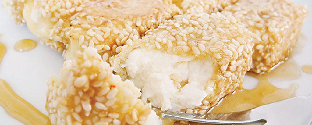 Φέτα τηγανητή με σησάμι και μέλι