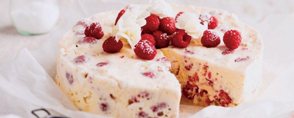 Παγωτό-κέικ µε βατόµουρα και µαρέγκες
