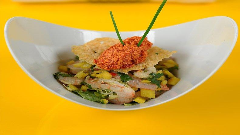 Γαριδοσαλάτα με μάνγκο και σορμπέ ντομάτας