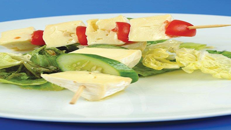 Καλαμάκια καμαμπέρ με σαλάτα