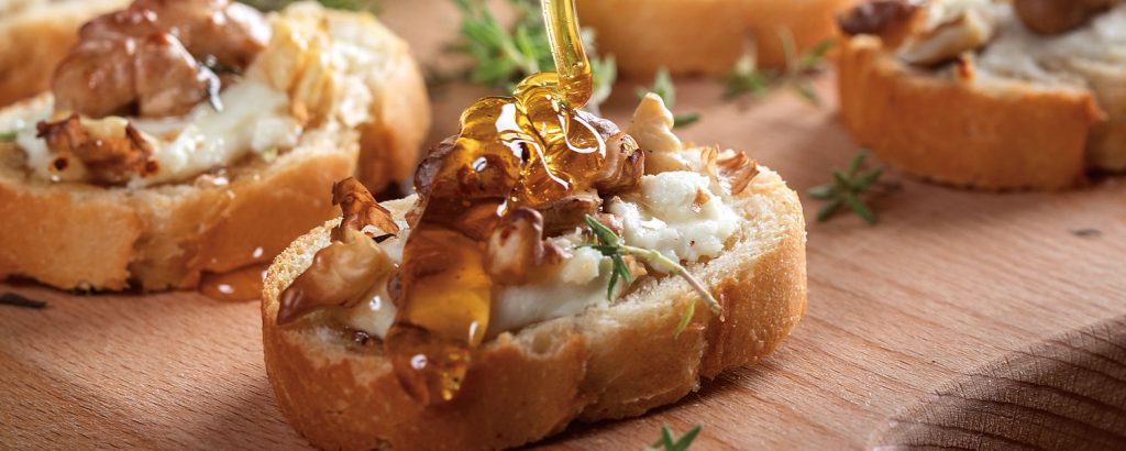 Kαναπεδάκια µε κατσικίσιο τυρί και καρύδι