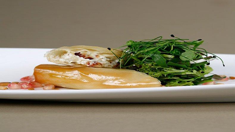 Κατσικίσιο τυρί σε κρούστα φύλλου και σαλάτα ρόκας με ρόδι και κουκουνάρια