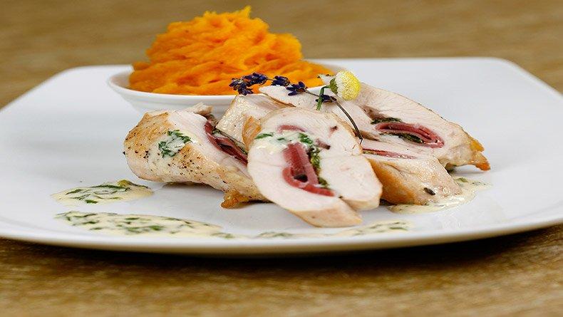 Κοτόπουλο γεμιστό με χοιρομέρι και σάλτσα δυόσμου