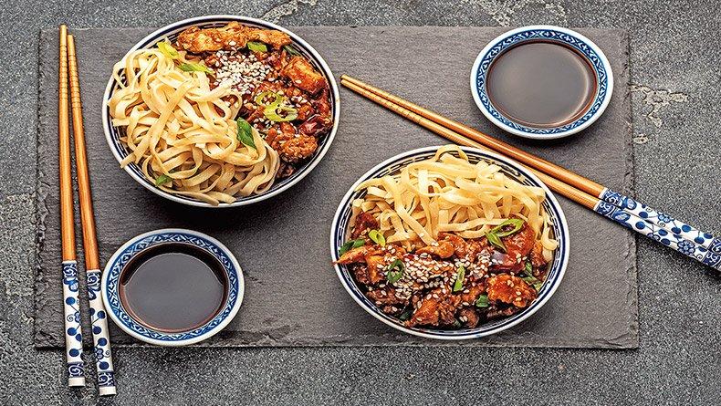 Stir-fried κοτόπουλο με λαχανικά και noodles