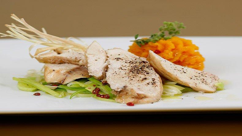 Κοτόπουλο με πράσο και λεμονόχορτο και πουρές κολοκύθας με φέτα
