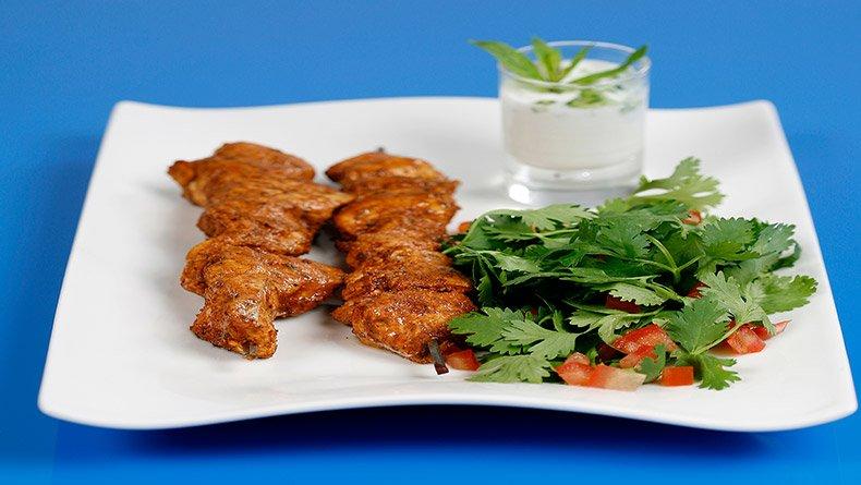 Κοτόπουλο ταντούρι με σαλάτα και ράιτα