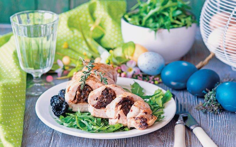 Ρολό κοτόπουλο γεμιστό με δαμάσκηνα και μαύρες σταφίδες