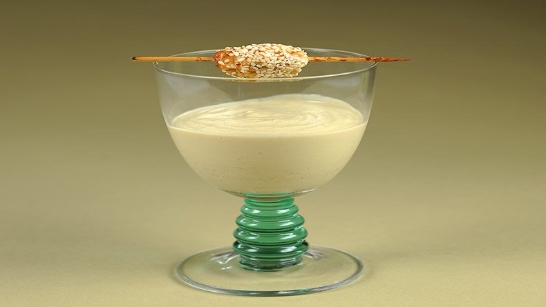 Κρύα σούπα αβοκάντο με κεφτεδάκι σολομού