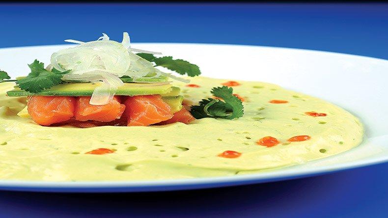Κρύα σούπα γκουακαµόλε µε φρέσκο σολοµό