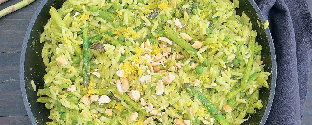 Πράσινο κριθαράκι με σπαράγγια και πέστο με αβοκάντο και χαλλούμι