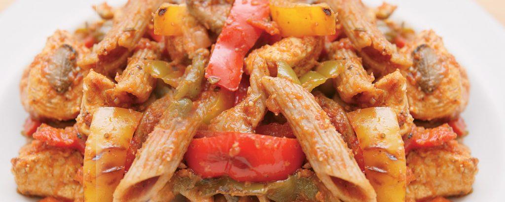 Πένες ολικής άλεσης µε σάλτσα πικάντικου κοτόπουλου
