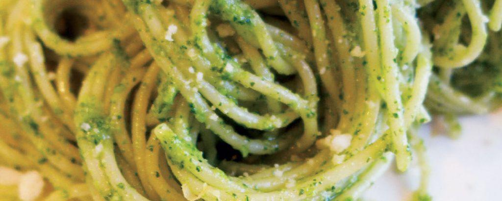 Μακαρονάδα με πικάντικο «πέστο»